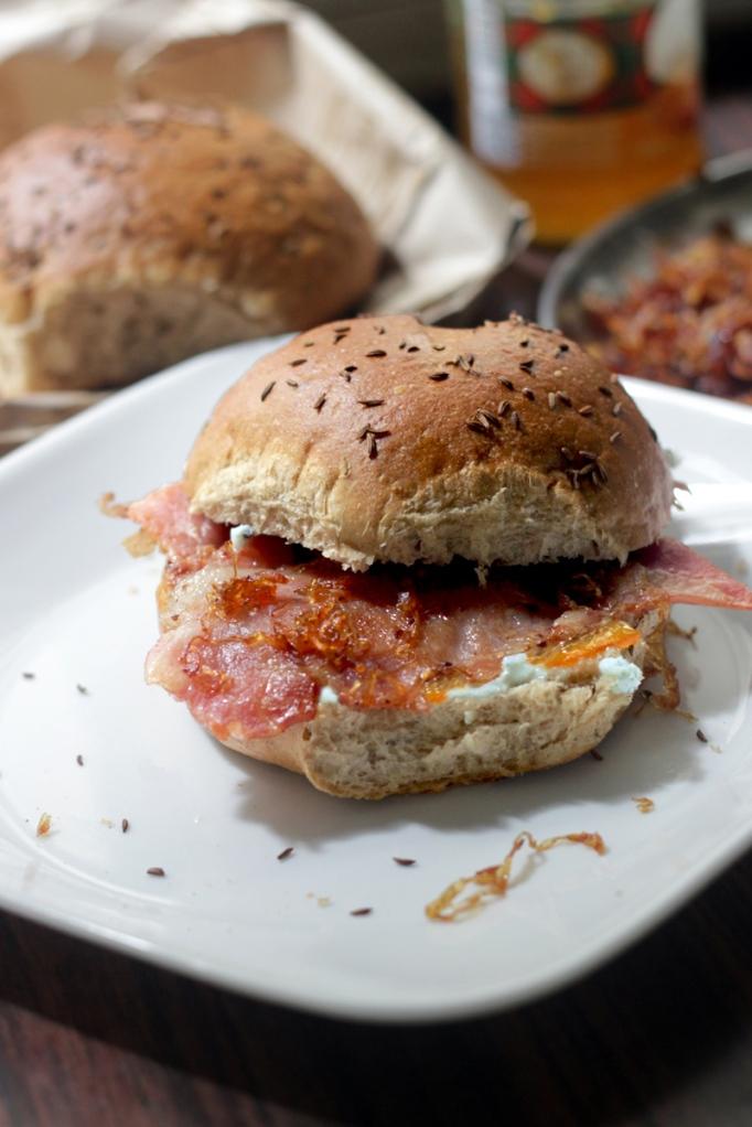 Bacon, orange marmalade, gorgonzola, rye bread, brrsta, fried onions